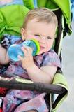 Drinkend babymeisje Stock Foto's