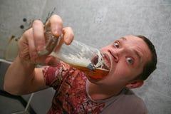 Drinkend bier. Stock Afbeelding