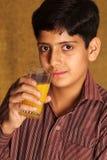 Drinkend jus d'orange Stock Foto's