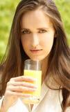 Drinkend jus d'orange Royalty-vrije Stock Afbeelding