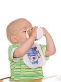 Drinkend kind. Geïsoleerdn stock foto