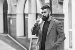 Drinkend koffie op ga Geniet de zakenman lumbersexual verschijning van koffie uitbreekt van commercieel centrum Ontspan en stock foto