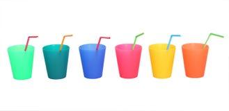Drinkend koppen verschillende kleuren met stro die op wit worden geïsoleerdd Royalty-vrije Stock Foto's