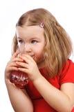 Drinkend meisje Royalty-vrije Stock Afbeeldingen