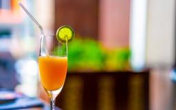 Drinkend Smakelijk Vers Jus d'orange royalty-vrije stock afbeeldingen