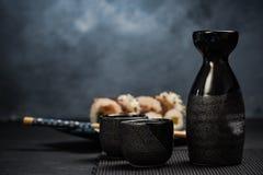 Drinkend traditioneel belang en het eten van sushi royalty-vrije stock afbeeldingen