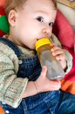 Drinkende baby Stock Foto