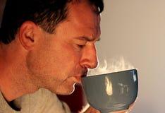 Drinkende hete thee Stock Afbeelding