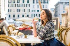 Drinkende Italiaanse wijn royalty-vrije stock afbeelding