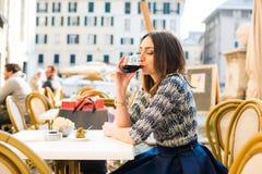 Drinkende Italiaanse wijn stock foto's