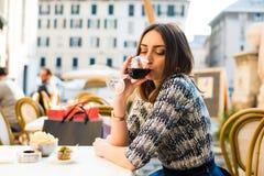 Drinkende Italiaanse wijn stock afbeelding