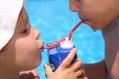 Drinkende kinderen Stock Foto's