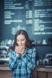 Drinkende koffie Stock Afbeelding