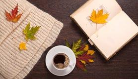 Drinkende koffie en het lezen royalty-vrije stock afbeeldingen