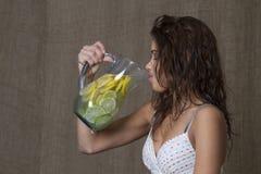 Drinkende limonade Stock Afbeeldingen
