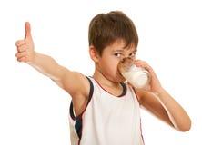 Drinkende melkjongen Royalty-vrije Stock Afbeelding