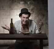 Drinkende mens Royalty-vrije Stock Afbeelding