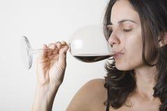 Drinkende rode wijn Stock Afbeelding
