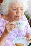Drinkende theedame Royalty-vrije Stock Afbeeldingen