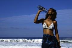 Drinkende vrouw royalty-vrije stock fotografie