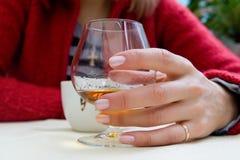Drinkende vrouw met glas en kop royalty-vrije stock foto's