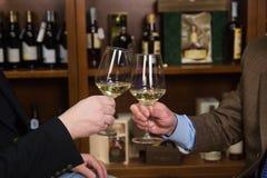 Drinkende wijn royalty-vrije stock afbeeldingen