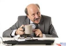 Drinkin senior calvo amichevole della tazza di caffè della tenuta dell'uomo di affari 60s Immagini Stock Libere da Diritti