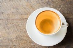 Drinkkaffe ut ur en vit kopp Arkivbild