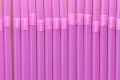 Drinkröret av rosa färger färgar i abstrakt bakgrund Fotografering för Bildbyråer