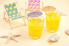 Drinkss del verano y accesorios fríos del partido de la playa Vacaciones de verano en el lado de mar Foto de archivo libre de regalías