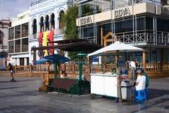 Drinkställning på PlazaPrat den huvudsakliga fyrkanten i Iquique, Chile royaltyfria bilder