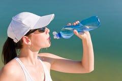 Drinkt de de sport geschikte vrouw van de zomer waterfles Royalty-vrije Stock Fotografie