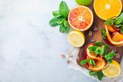 Drinkt de verse limonade van de citrusvruchtenzomer, gegoten water detox cocktail Royalty-vrije Stock Fotografie