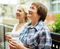 Drinkte för två kvinnor på balkong Arkivbild