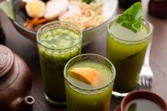 Drinktematch med apelsinen i en restaurang arkivfoton