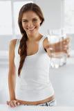 Drinkvatten Lyckligt le kvinnadricksvatten Sunda Lifesty fotografering för bildbyråer