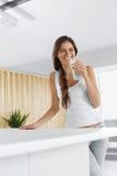 Drinkvatten Lyckligt le kvinnadricksvatten Sunda Lifesty royaltyfria bilder