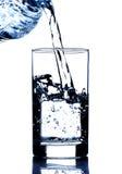 Drinkwater het gieten in glas Royalty-vrije Stock Afbeelding