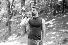 Drinkwater mensen drinkwater na opleiding mens die gezond water drinken de sportman heeft dorst en drinkwater stock afbeeldingen