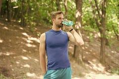 Drinkwater mensen drinkwater na opleiding mens die gezond water drinken de sportman heeft dorst en drinkwater royalty-vrije stock fotografie