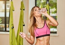 Drinkwater na Antigravity yoga Royalty-vrije Stock Afbeeldingen