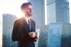 Drinnking Kaffee des Mannes in der Stadt Lizenzfreie Stockfotos