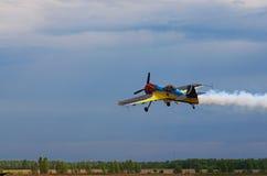 Drittes AirFestival an Chaika-Flugplatz Ein kleines Sportflugzeug fliegt an einer niedrigen Höhe Stockfotografie