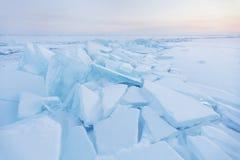 Is-driva av Baikal sjön Turkosisisflak för ligganderussia för 33c januari ural vinter temperatur royaltyfri fotografi