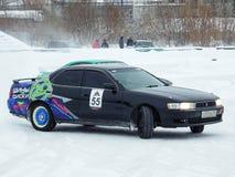 Driva bilar på is Arkivfoto