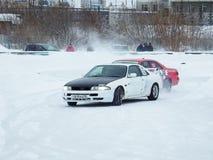 Driva bilar på is Arkivbilder