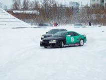 Driva bilar på is Arkivbild