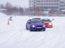 Driva bilar på is Arkivfoton