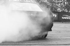 Driva gummihjul i rök Royaltyfri Bild