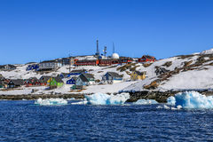 Driva isberg längs Nuuk stadskust royaltyfri foto